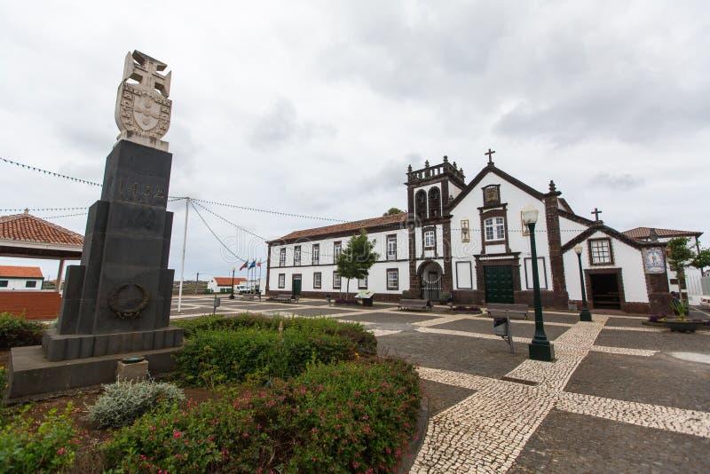Sikt av kloster av Sao Francisco (Vila do Porto) Enligt geologiska data är åldern av ön 4 8 miljon gamla år arkivbilder