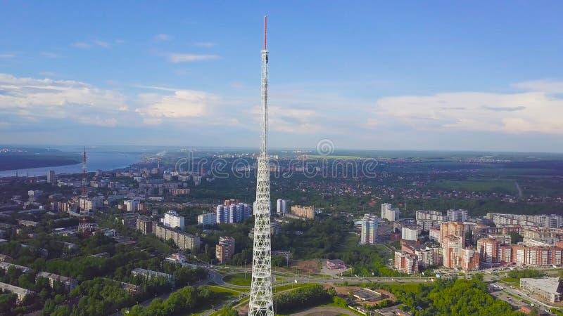 Sikt av kommunikationstorn med blå himmel, berget och cityscapebakgrund video Bästa sikt av radiotornet i arkivfoto