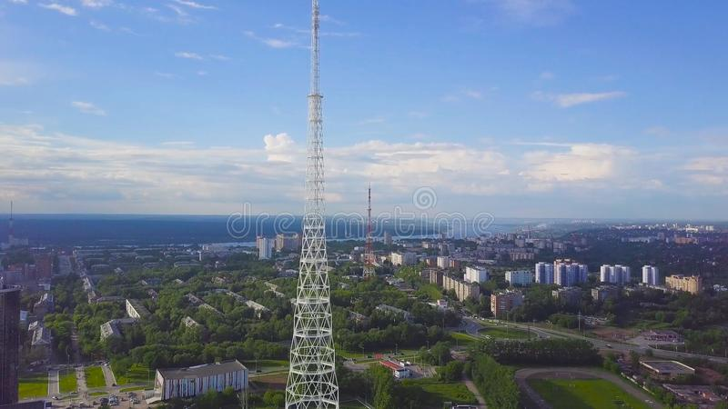 Sikt av kommunikationstorn med blå himmel, berget och cityscapebakgrund video Bästa sikt av radiotornet i royaltyfri bild