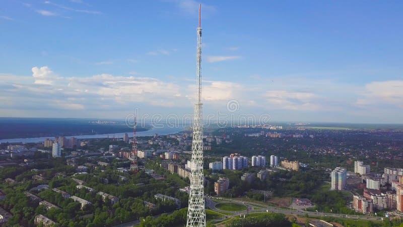 Sikt av kommunikationstorn med blå himmel, berget och cityscapebakgrund video Bästa sikt av radiotornet i royaltyfria bilder