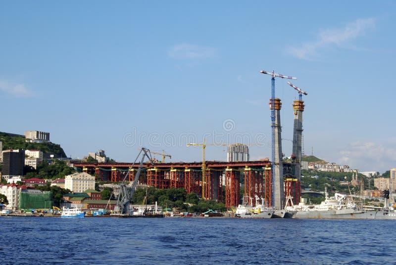 Sikt av konstruktionen av bron från havet royaltyfria foton