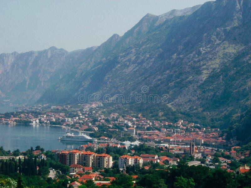 Sikt av kotorfjärden på solig dag, Kotor, Montenegro royaltyfri fotografi