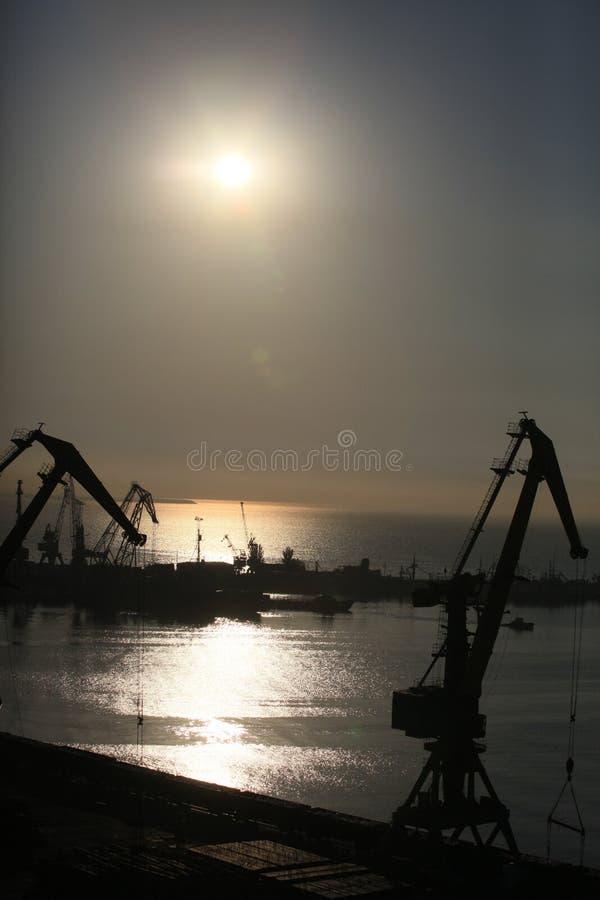 Sikt av kranarna för havsport på solnedgången royaltyfri fotografi