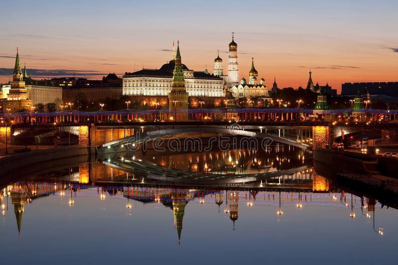 Sikt av Kreml, den stora stenbron, Moskvafloden och deras spegelbild i vattnet på gryning, Moskva royaltyfri foto