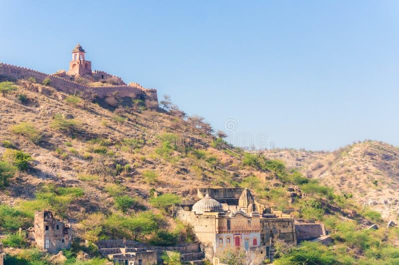 Sikt av kullar och berg nära den Amer staden, Rajasthan, Indien med den forntida väggen royaltyfria bilder
