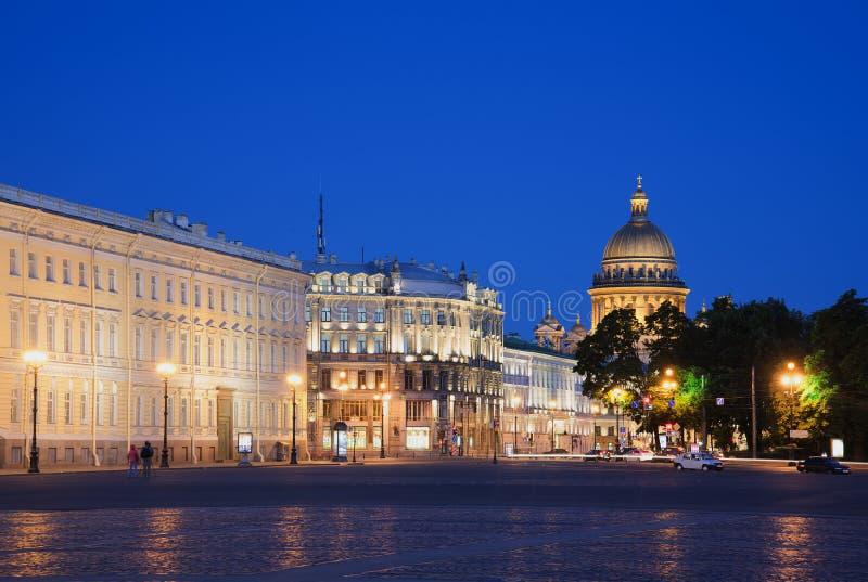 Sikt av kupolen av domkyrkan för St Isaacs från natt för slottfyrkantsommar St Petersburg royaltyfria foton
