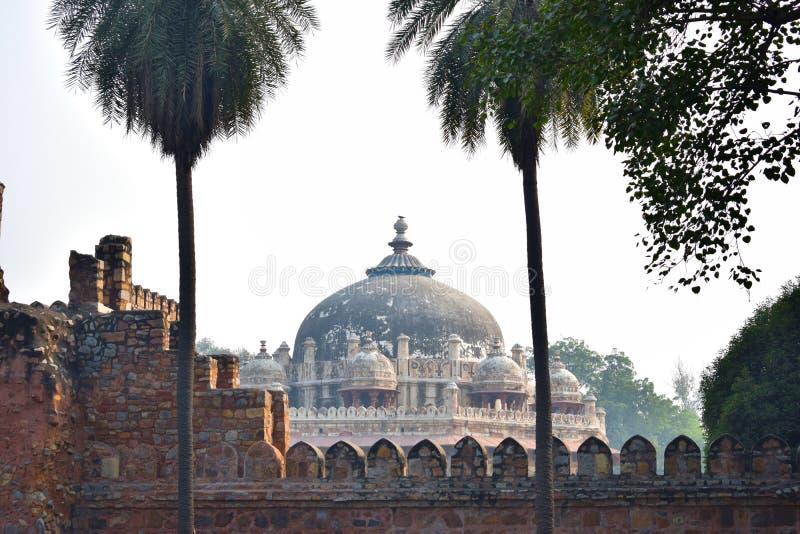 Sikt av kupolen av Isas Khans gravvalv i Delhi arkivbilder