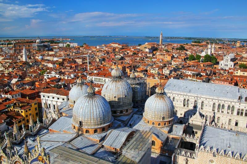 Sikt av kupolerna av basilikan för St Mark ` s i Venedig, Italien arkivfoton