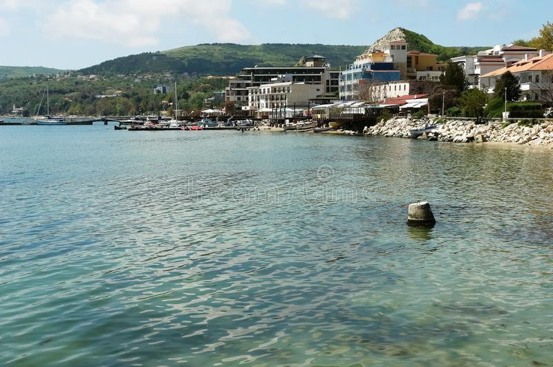 Sikt av kusten av den populära bulgariska semesterorten av Balchik arkivbild
