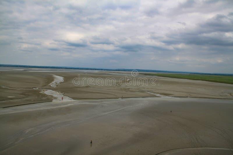 Sikt av kusten på lågvatten på ön av monteringen St Michael med delen av väggen arkivfoton
