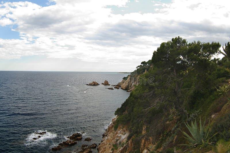 Sikt av kustlinjen från botaniska trädgården Marimurtra i sommartid Blanes Costa Brava, Catalonia royaltyfri fotografi