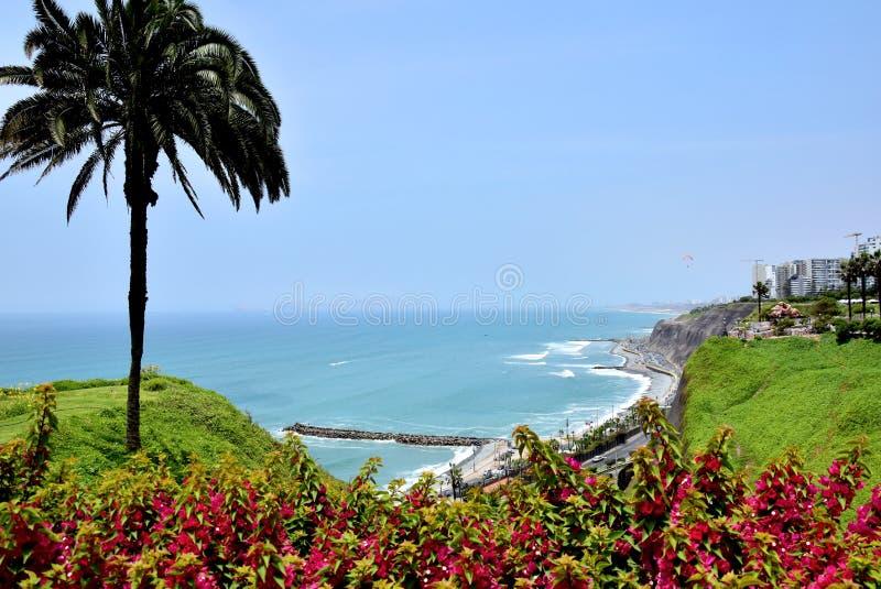 Sikt av kustlinjen i Lima, Peru arkivfoton
