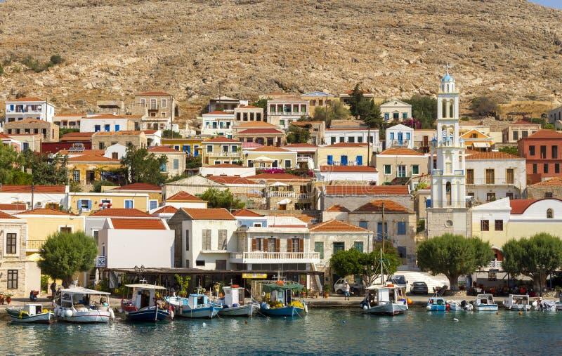 Sikt av kuststaden av Chalki, på den Chalki ön, Dodecanese, Grekland royaltyfri bild
