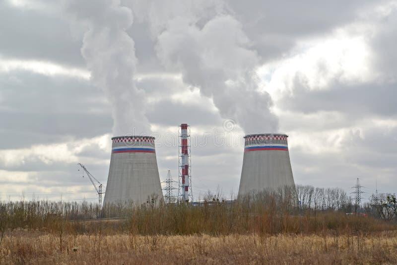 Sikt av kylare av Kaliningraden CHPP-2 i vårdag fotografering för bildbyråer