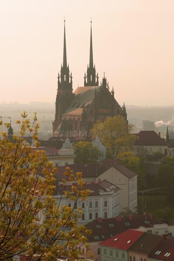 Sikt av kyrkan av antagandet av den jungfruliga Maryen på morgonen av April Abbotskloster av St Thomas, Brno royaltyfri fotografi