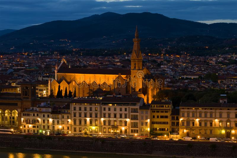 Sikt av kyrkan av de heliga arga basilikadina Santa Croce i aftonskymningen, Florence royaltyfria foton