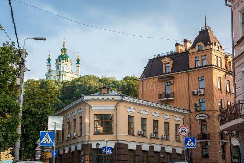 Sikt av kyrkan för St Andrew ` s, Andriyivskyy nedstigning, fot- gata Ukraina, Kyiv, Podil Ed royaltyfria foton