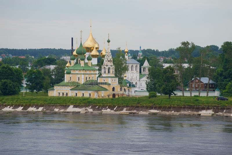 Sikt av kyrkan av Kristi födelsen av John The Baptist på Volgaen vid en molnig Juli dag Uglich guld- cirkel av Ryssland royaltyfria foton