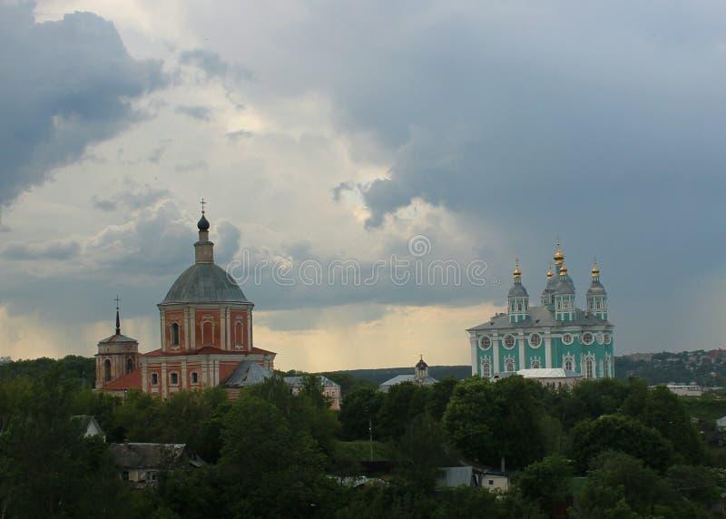 Sikt av kyrkan av St George och antagandedomkyrkan från väggen av den Smolensk fästningen arkivfoton