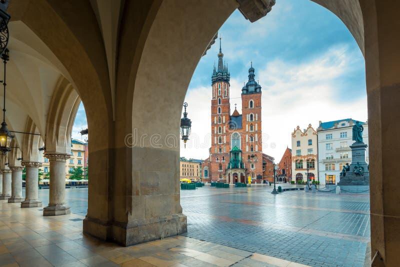 Sikt av kyrkan av St Mary i den huvudsakliga fyrkanten av Krakow royaltyfri bild