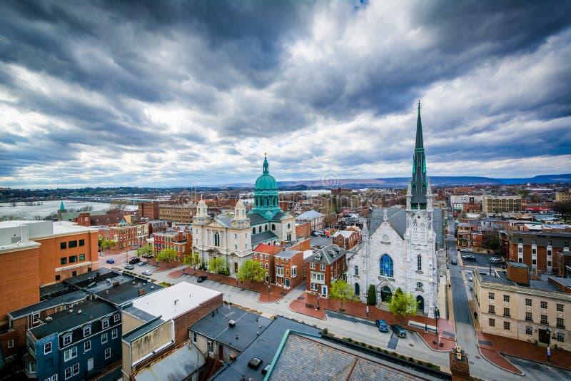 Sikt av kyrkor och byggnader på State Street, i Harrisburg, P fotografering för bildbyråer