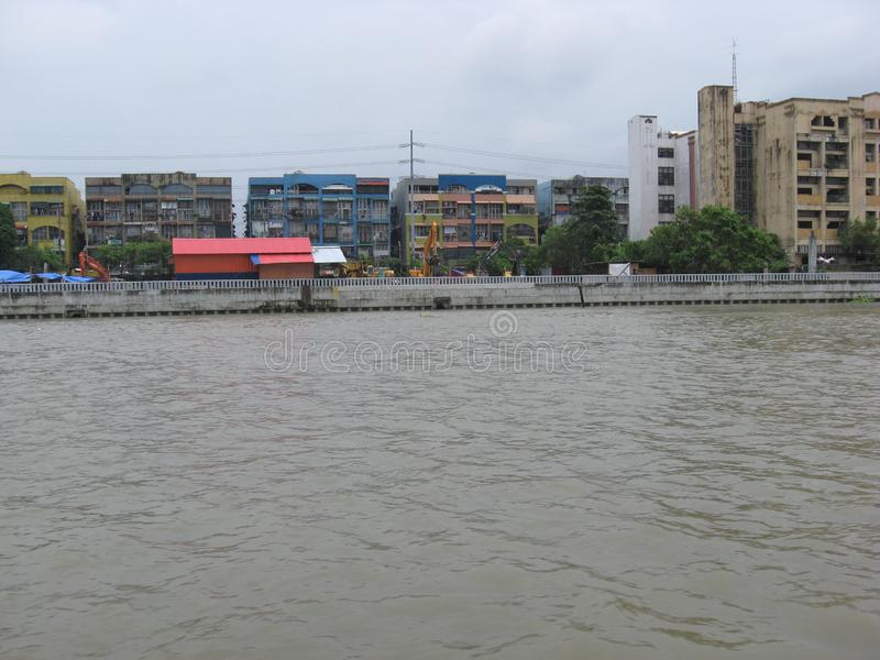 Sikt av lägenheter längs den Pasig floden, Manila, Filippinerna arkivfoton