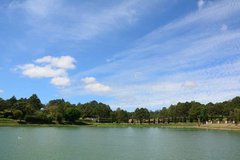 Sikt av lägeNinh sjön med skogen i Khanh Hoa, Vietnam royaltyfri bild