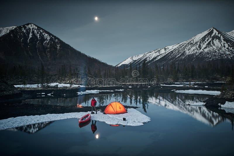 Sikt av lägerliv i en bergterräng i vårtid Sjökust med kanoten royaltyfria bilder