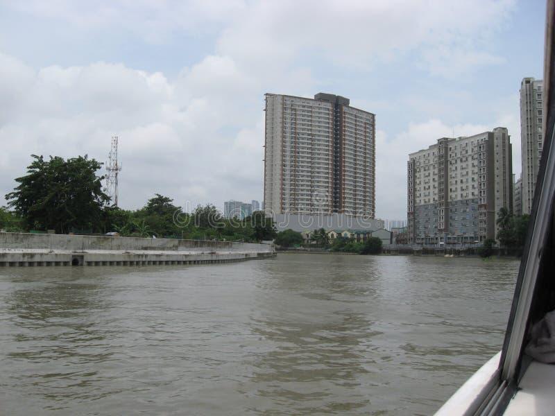 Sikt av l?genheter l?ngs den Pasig floden, Manila, Filippinerna arkivbilder