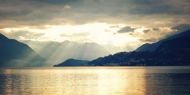 Sikt av Lago di Como på solnedgången - tappningeffekt italy varenna fotografering för bildbyråer