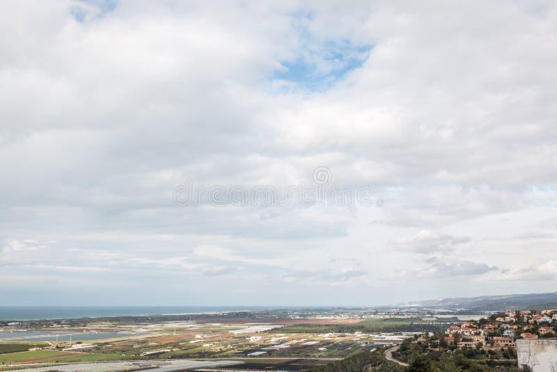 Sikt av landskapet med havet, fiedlsna och molnen arkivbilder