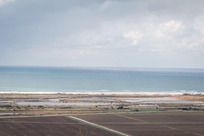 Sikt av landskapet med havet, fiedlsna och molnen arkivfoto
