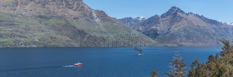 Sikt av landskapet av sjön Wakatipu, Queenstown, Nya Zeeland Kopiera utrymme f?r text fotografering för bildbyråer