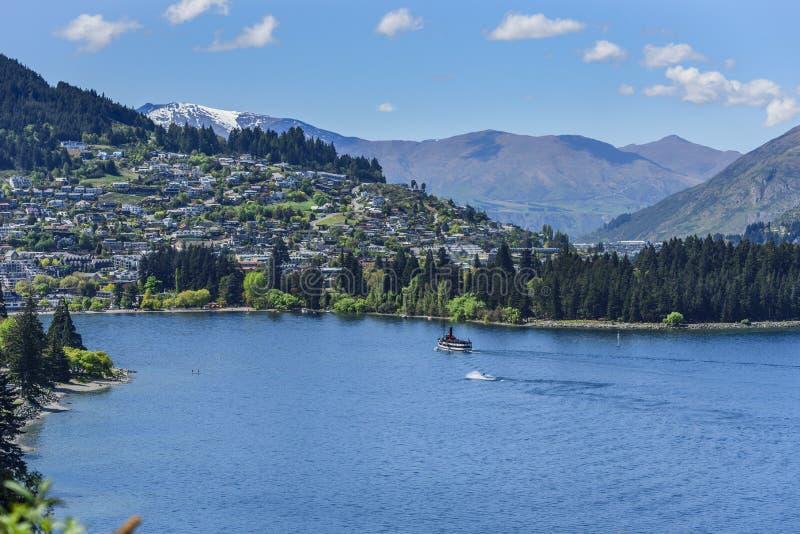 Sikt av landskapet av sjön Wakatipu, Queenstown, Nya Zeeland Kopiera utrymme f?r text arkivfoton