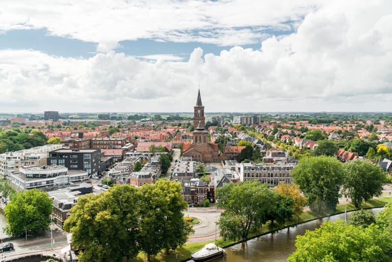 Sikt av Leeuwarden och den StDominicusker kyrkan, Nederländerna arkivbilder