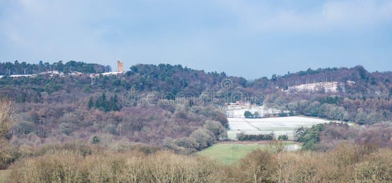Sikt av Leith Hill som tas från dess södra sida på en kall vinterdag royaltyfria foton