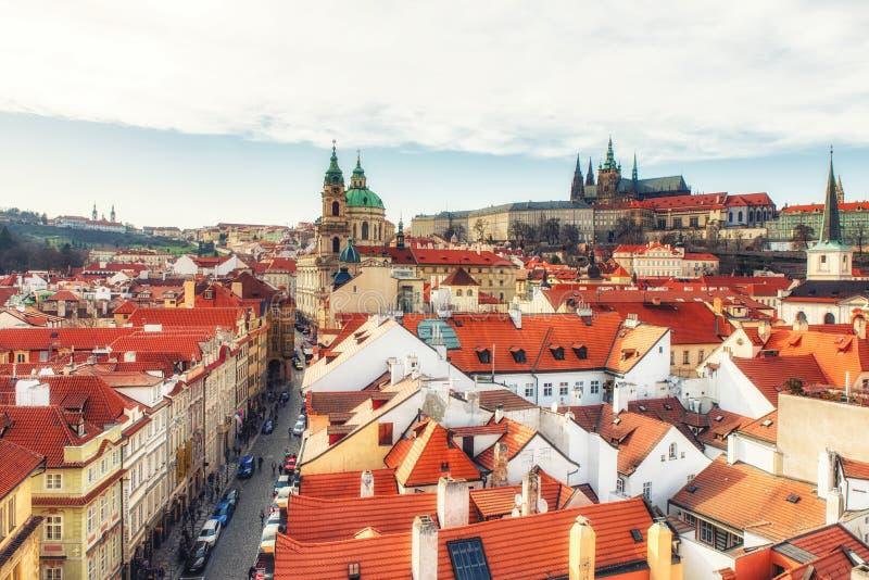 Sikt av Lesser Town, Sten Nicholas Church och den Prague slotten, royaltyfria bilder