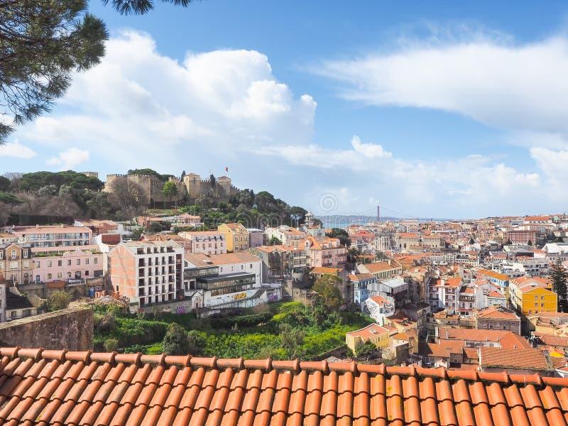 Sikt av Lissabon och slottcasteloen de Sao Jorge royaltyfria foton