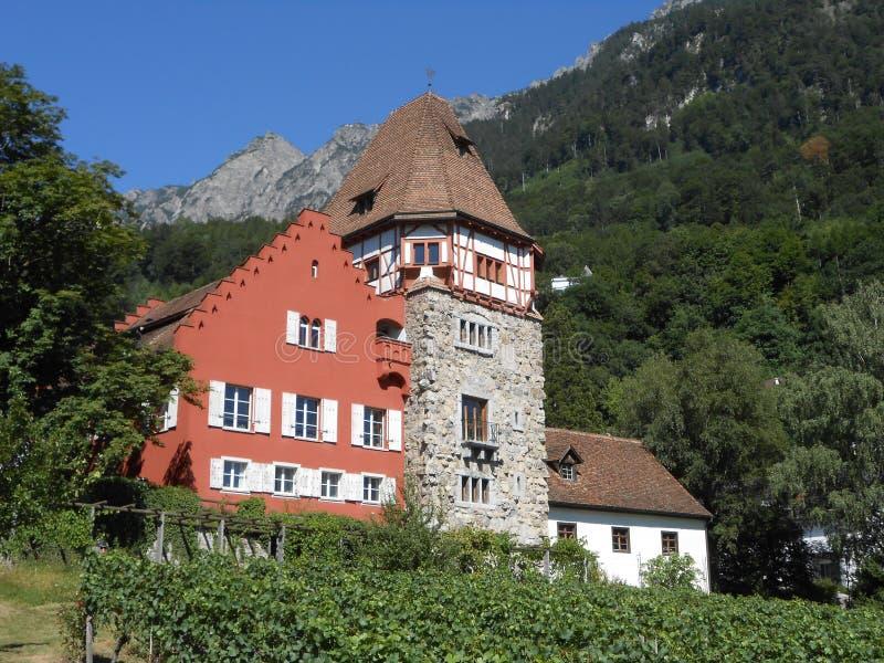 Sikt av lite slotten i Vaduz, Liechtenstein royaltyfri bild
