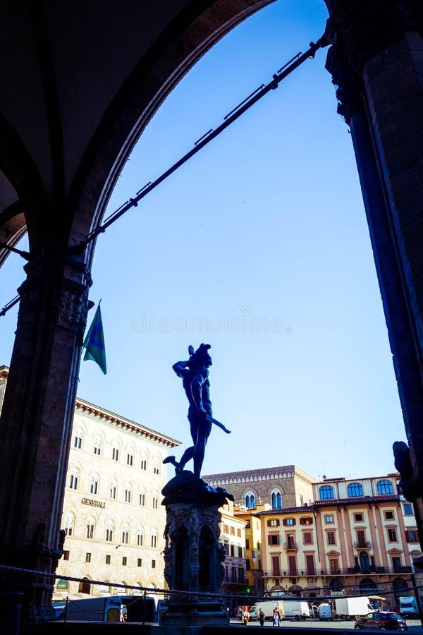 Sikt av loggiadeien Lanzi med bronsstatyn av Perseus som rymmer huvudet av medusaen av Benvenuto Cellini i piazzadellaen Signoria arkivfoton