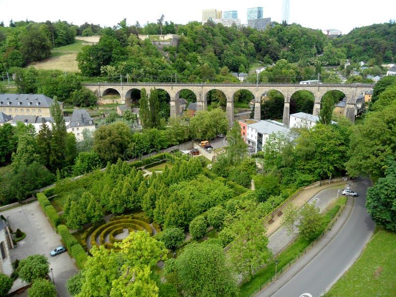 Sikt av Luxembourg lägre stad med den härliga trädgården och den historiska viadukten arkivbild