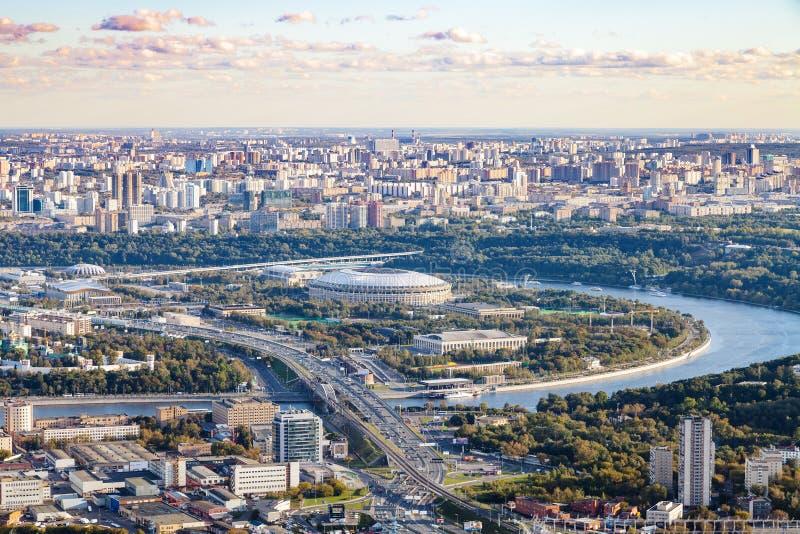 Sikt av Luzhniki arenastadion i höstskymning royaltyfria bilder