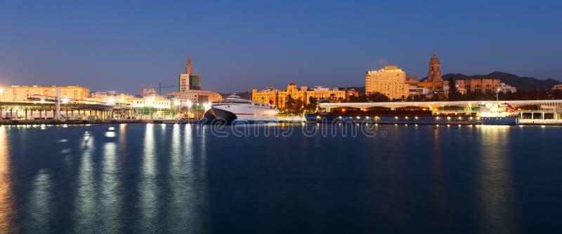 Sikt av Malaga från port i skymning royaltyfria bilder