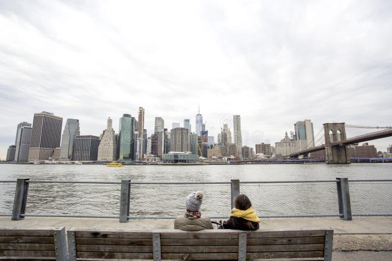 Sikt av Manhattan över Eastet River fotografering för bildbyråer