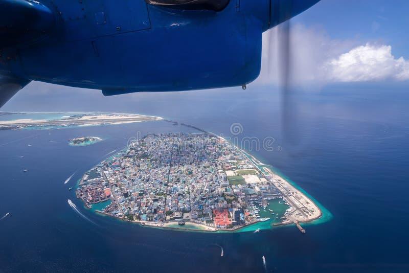 Sikt av mannen huvudstaden av Maldiverna från sjöflygplanet royaltyfri foto