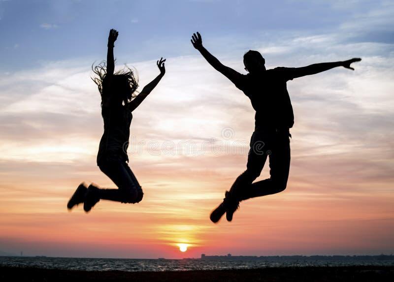 Sikt av mannen och kvinnan för solnedgång den unga arkivfoto