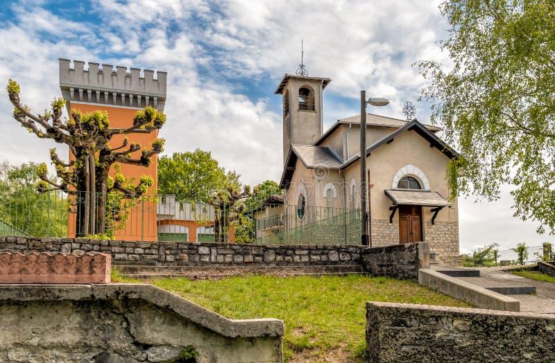 Sikt av Maria Assunta den kristna kyrkan och tornet på Monte Bre av Lugano, Schweiz fotografering för bildbyråer