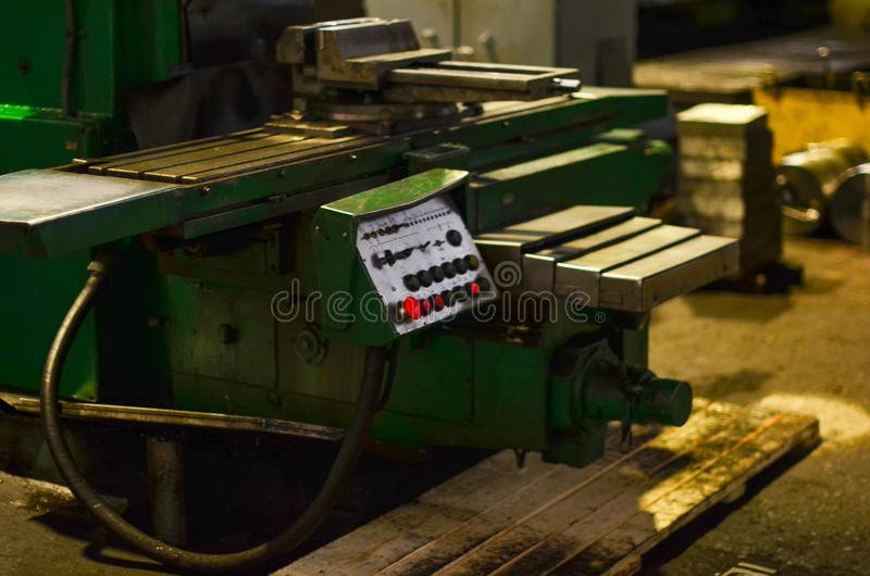 Sikt av maskinen för bearbeta av heavy metalprodukter i automatiskdelarna på produktionplatsen av en bilväxt royaltyfri foto