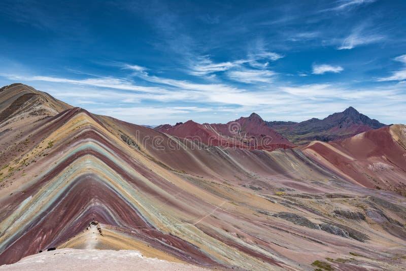 Sikt av maximumet av regnbågeberget nära Cusco, Peru arkivfoton