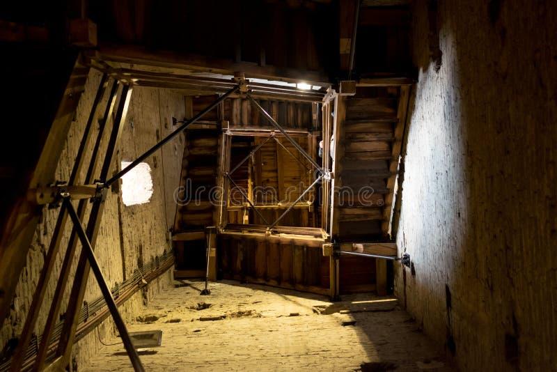 Sikt av medeltida benägenhettorn för asinelli i Bolognacentret som från inre inramas och ses med trappa som går upp arkivbilder